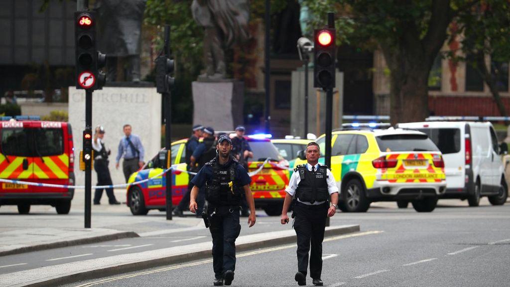 Se desconoce la identidad y los motivos del hombre que ha estampado su coche contra el parlamento de Londres. Por @almudenagomezc https://t.co/rREp6IAT9r