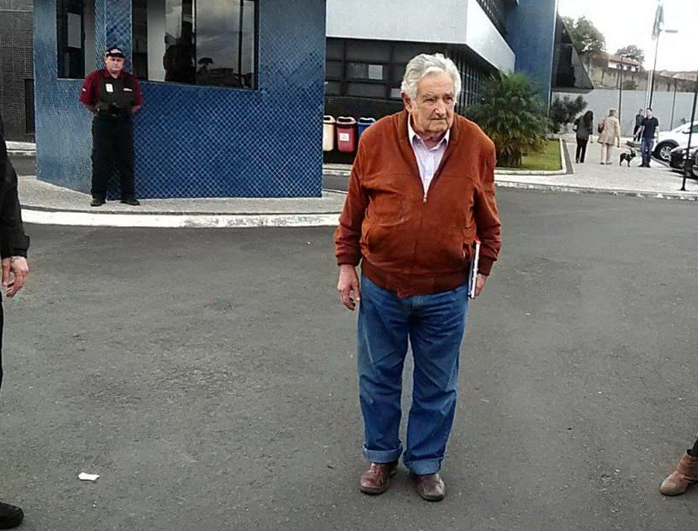 Mujica renuncia ao cargo de senador por motivos pessoais e 'cansaço' https://t.co/Yvog57RHBD #G1