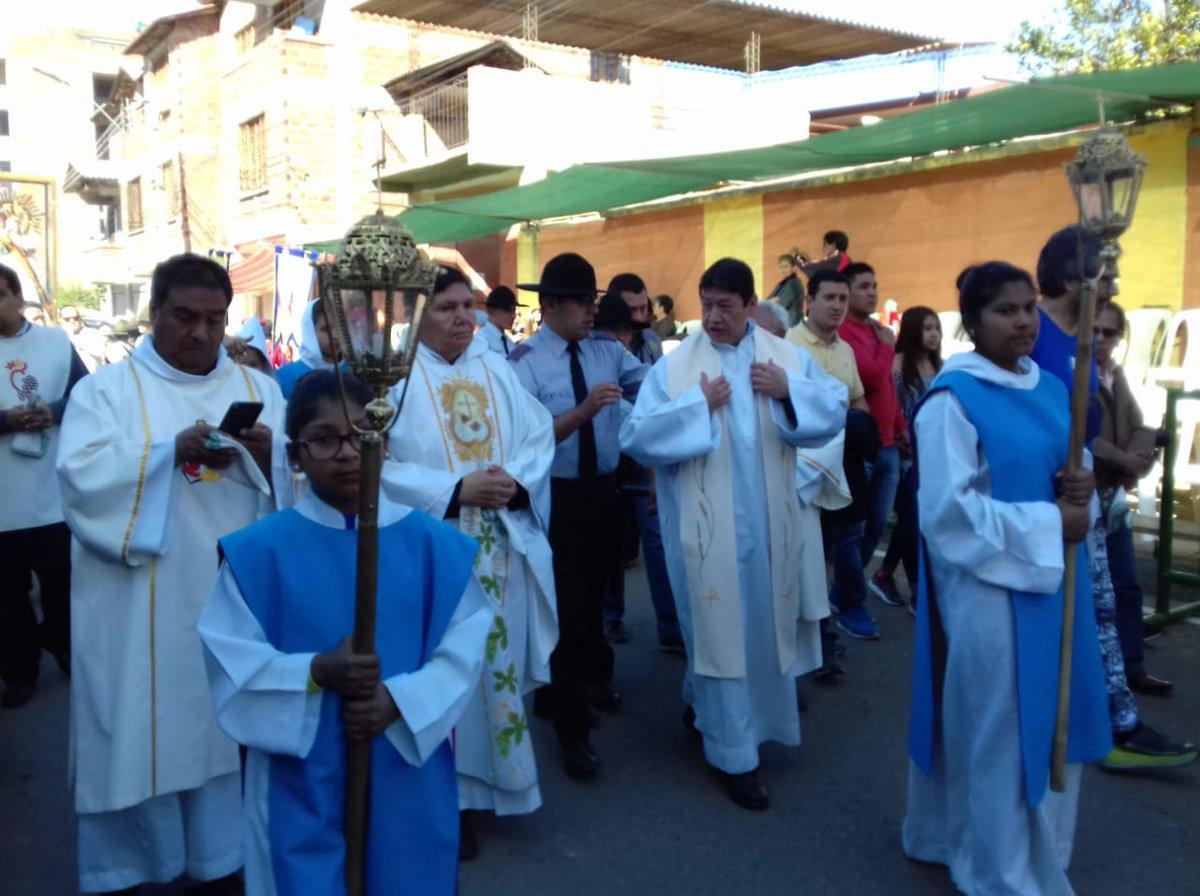#Cochabamba La Virgen de Urcupiña ingresa a la avenida #BlancoGalindo, donde es recibida con pañuelos blancos por los pocos asistentes que a esta hora se encuentran en las graderías.