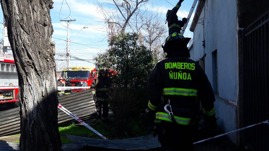 vía @Bomberosnunoa Ahora #CBÑ trabaja en apoyo a @cbsantiago por incendio en Av. Bio Bio esquina Sierra Bella #Santiago (Imágenes Gentileza @JoseYupepe )