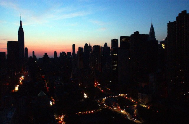 Photos: This Was New York City During The Massive 2003 Blackout (Which Happened 15 Years Ago Today)  http:// gothamist.com/2018/08/14/bla ckout_2003_15_year_anniversary.php &nbsp; … <br>http://pic.twitter.com/50fP6ULogQ