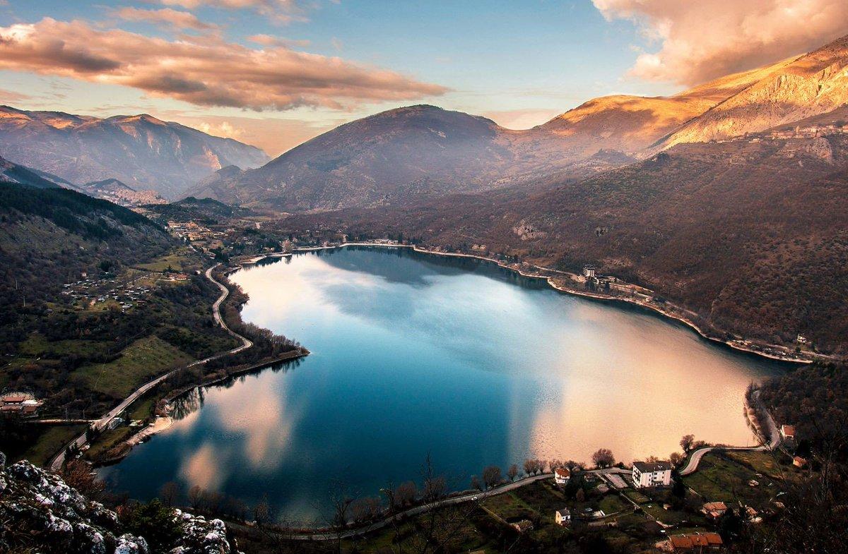 Vacanza attiva o relax? I laghi abruzzesi sono ideali per entrambe. Con i loro colori, vi aspettano in ogni periodo dell'anno per farvi trascorrere del tempo, anche solo un weekend, lontano dai ritmi frenetici.  http:// www.abruzzoturismo.it/it/me_laghi#abruzzo #turismo #wildabruzzo  - Ukustom