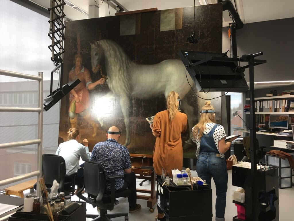 This impressive Spanish Warhorse captured by Lodewijk Gunther van Nassau from Archduke Albert of Austria in the Battle of Nieuwpoort and presented to Prince Maurits will be in #The80yearswar exhibition @ the #rijksmuseum Anna,Willem,Jorinde &amp; Nienke in full swing retouching mode! <br>http://pic.twitter.com/nOzkZpCHxH