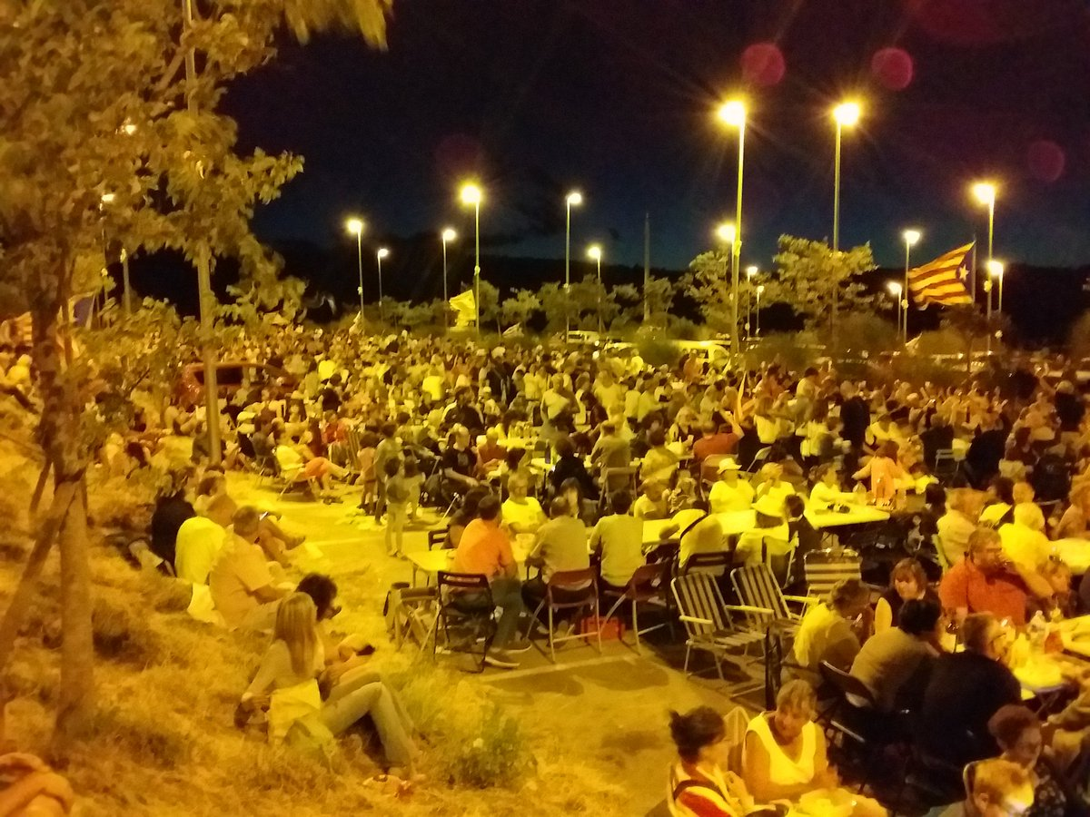 Incredible spectacle: thousands of Catalans picnic outside Figueres prison in solidarity with minister Dolors Bassa jailed for organizing a Referendum. @guardian @nytimes @LexRietman @KRLS @lemonde @dailymail @washingtonpost @assemblea_int<br>http://pic.twitter.com/klzIt0QoWD