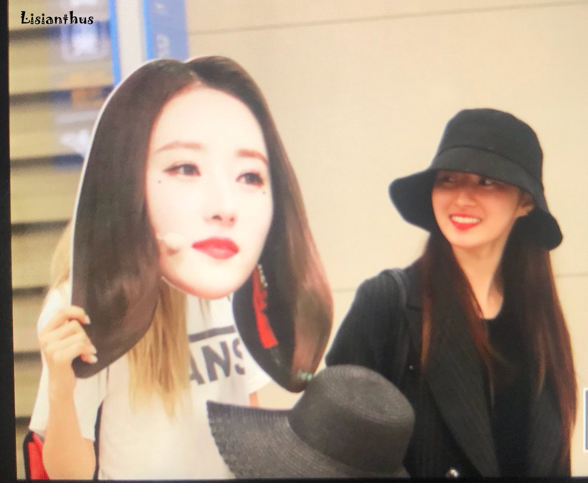 but how did they bring the cutout into korea ksdbjs i bet the airport staff were confused <br>http://pic.twitter.com/VriUcvSNEX