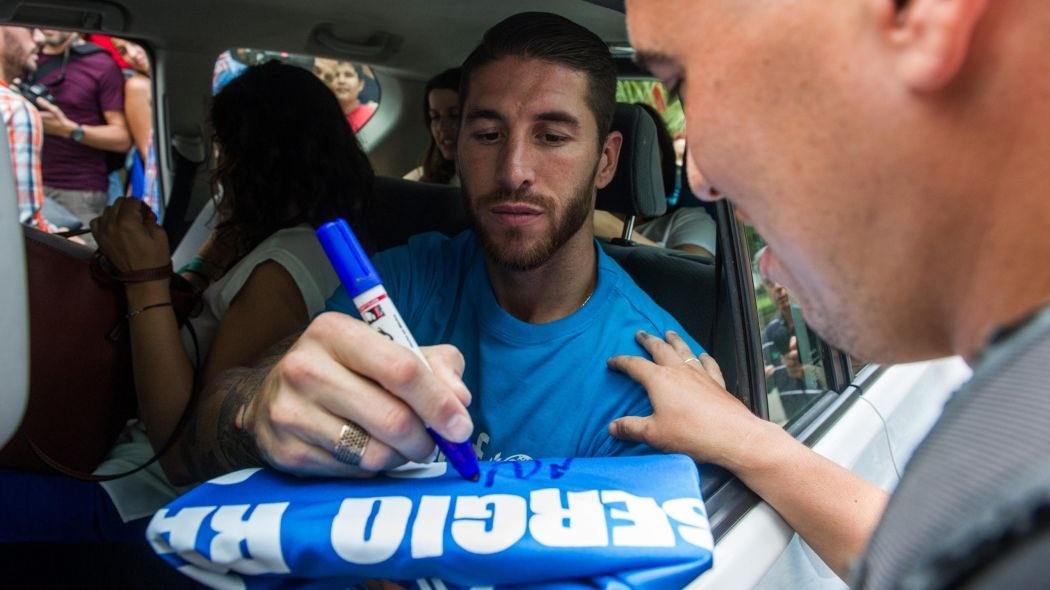 """So Salah refuses to sign autographs for LFC fans, apparently they can't sign them as Liverpool sell them in their shop, I guess that just makes u supporters """"customers"""" ! So here's a nice pic of Sergio Ramos signing autographs just for u! Enjoy your evening kopites  #EFC #YNWA<br>http://pic.twitter.com/qil4ssnMZS"""