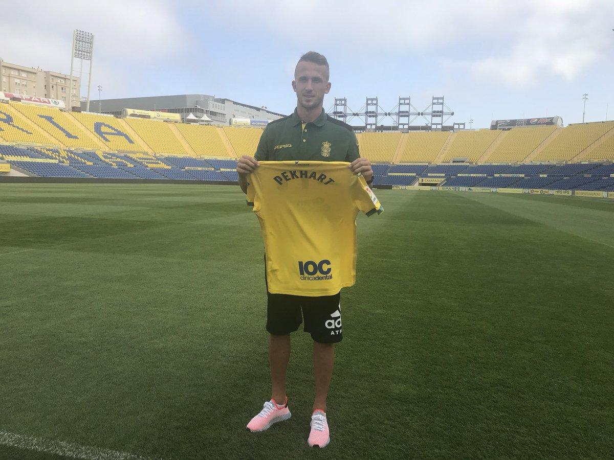 Pekhart posa con la elástica amarilla en el #EstadioGranCanaria