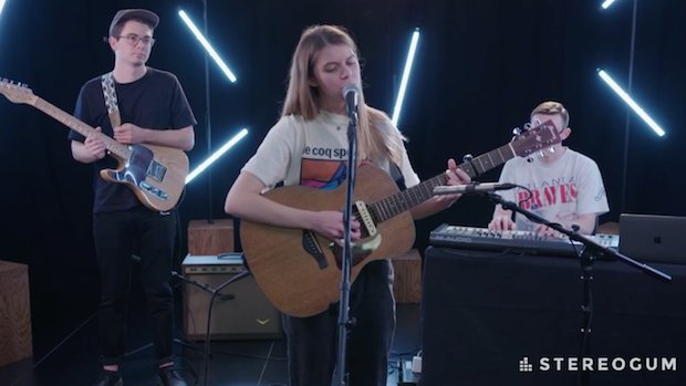Watch @Tomberlin cover Neil Young's 'Powderfinger' in her Stereogum Session https://t.co/NaKiLrt3Mt https://t.co/XytUHlyTdp