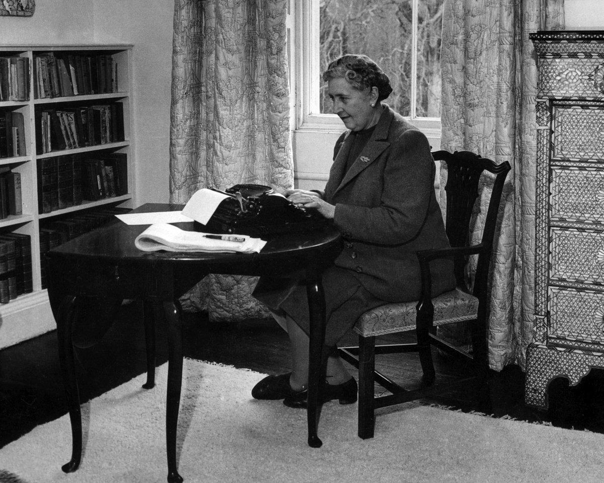 ℹ #LeSaviezVous ? Les romans d'Agatha Christie se sont écoulés à plus de 2 milliards d'exemplaires dans le monde et ont été traduits dans 107 langues ! 😮📚  📆 Rendez-vous JEUDI À 20H55 sur @France2tv pour tout connaître de la reine des crimes ! 🗡
