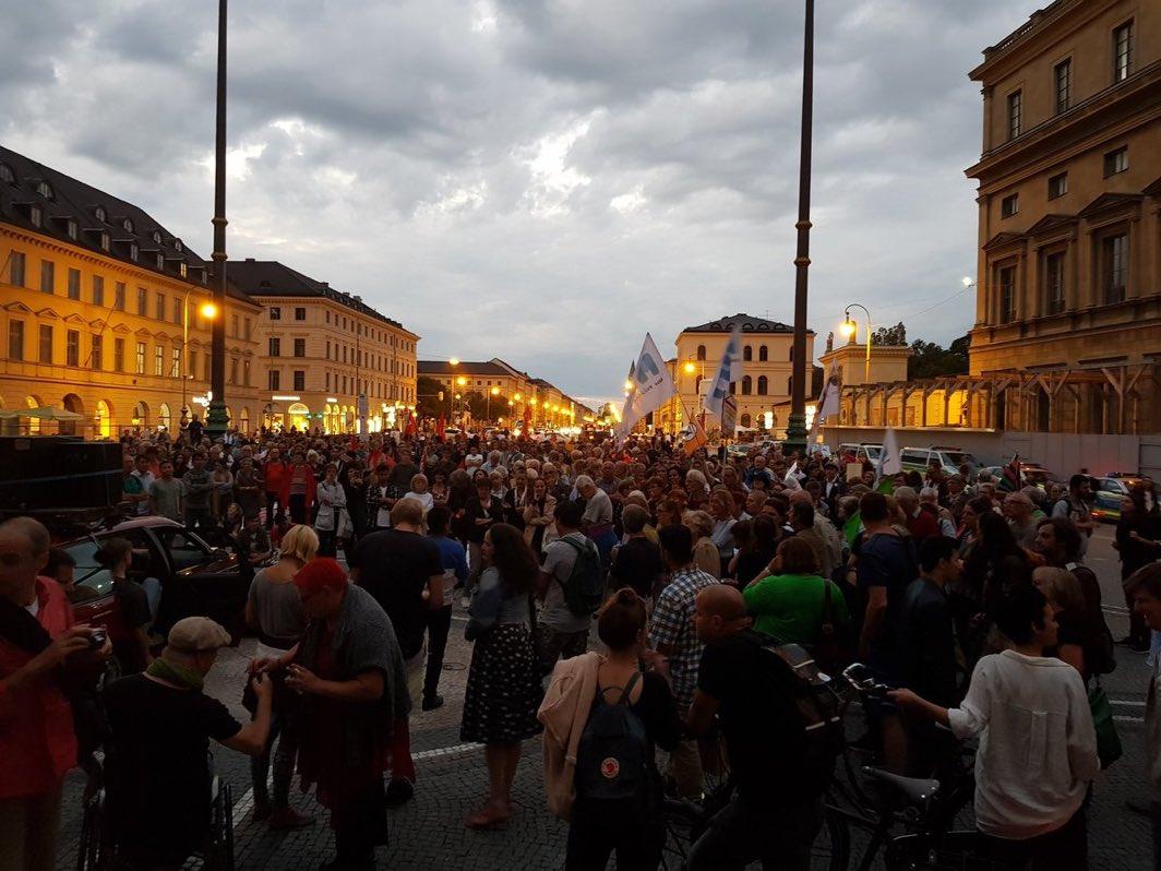 #Germania: Manifestazione serale a Monaco di Baviera contro la deportazione in Afghanistan di #migranti cui è stato negato il diritto d'asilo.  - Ukustom