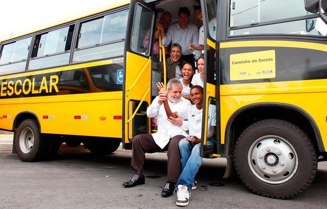 Há 11 anos, Lula lançava o programa Caminho da Escola, para levar alunos da zona rural com segurança e conforto à escola. Mais de 5,4 mil municípios foram beneficiados pelo programa, que passou a oferecer também lanchas e bicicletas. #OBrasilMudouComLula  Foto: Ricardo Stuckert