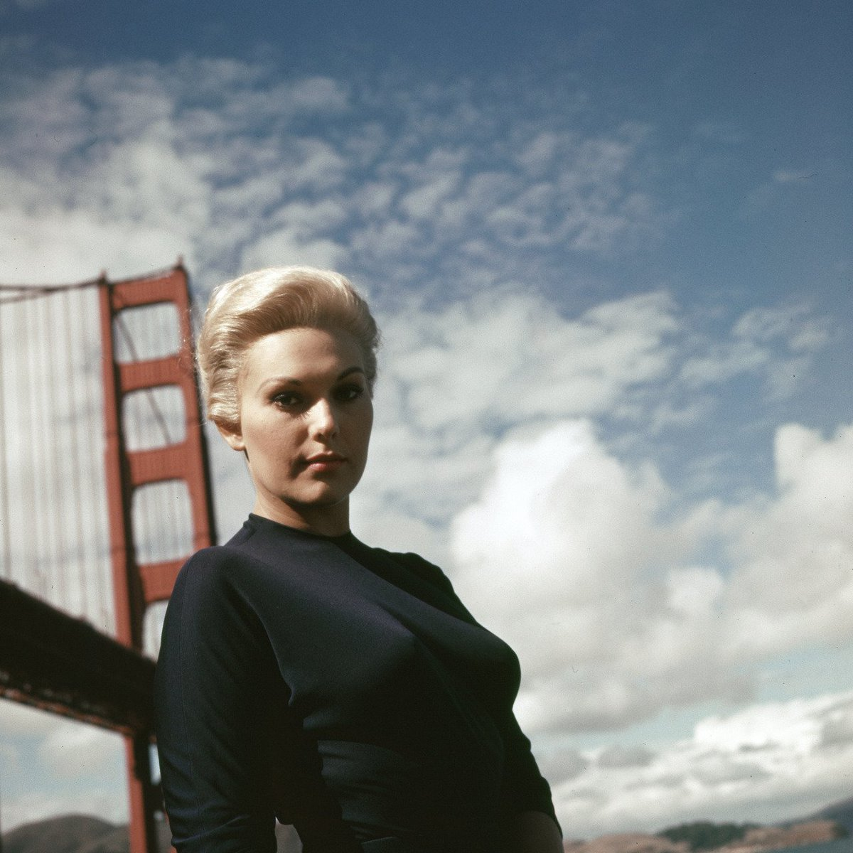 Kim Novak poses on location in San Francisco during the filming of Alfred Hitchcock&#39;s VERTIGO (1958). <br>http://pic.twitter.com/aWf3ZFX9F2