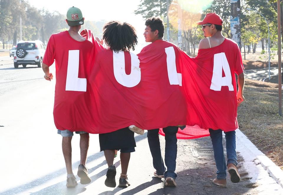 imagem do dia: os lulistas estão chegando. marcha nacional lula livre já está em brasília para acompanhar a inscrição da candidatura do ex-presidente amanhã. foto: @LulaMarques   https://t.co/kVWLUIJByu