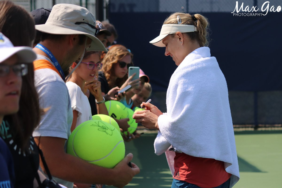 After a good practice with her coach Wim Fissette, @AngeliqueKerber took a lot of time to sign autographs for her fans who had waited a long time to see her.  #CincyTennis<br>http://pic.twitter.com/pVJb7MsK0i