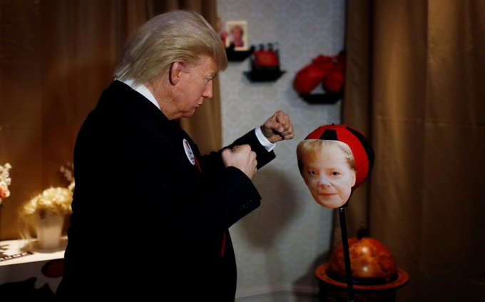 Al ritmo de #Abba, esta figura de Donald Trump golpea a Angela Merkel #Berlín Fotoğraf