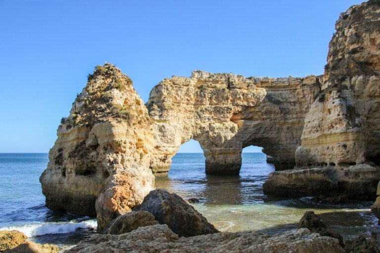 10 Photos that will make you want to visit Praia da Marinha, #Portugal! As proper summer finally arrived, I can't help but think of one of my all-time favorite beaches. See more here: https://bit.ly/2MjIs2Y #ttot #travelblogger #visitportugal #praiadamarinha pic.twitter.com/btzcoBAOMJ