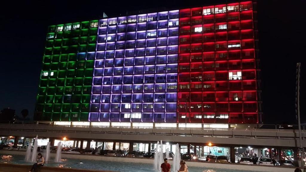 """#TelAviv: la facciata del palazzo del #Comune, in Piazza #Rabin,  illuminata col #tricolore, in segno di #solidarietà: """"I nostri pensieri e le nostre preghiere vanno agli #italiani e a tutti coloro che sono stati colpiti dalla terribile tragedia a #Genova"""".Grazie, #Israele.  - Ukustom"""