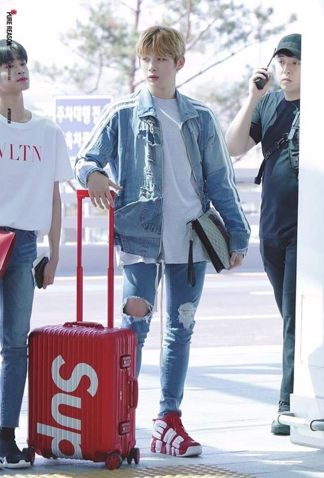 """An au where daniel &amp; jihoon got their luggage switched as he's rushed, snatched anything red supreme rolling out of baggage carousel, missed the strange stickers on it.  He dialed the number on the travel strap, """"hello, are you the owner of this sticker luggage? OMG IS THIS YOU?"""" <br>http://pic.twitter.com/1LwGPXJtpT"""