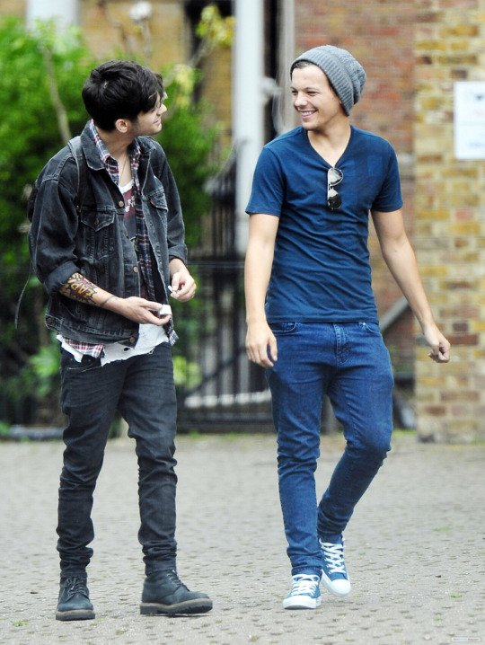 Today (August 15) in 2012 - Zouis are all smiles in London  <br>http://pic.twitter.com/qLKpuvhVy7