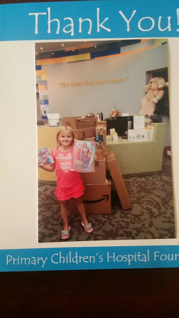Katelyn mendonasikan mainannya