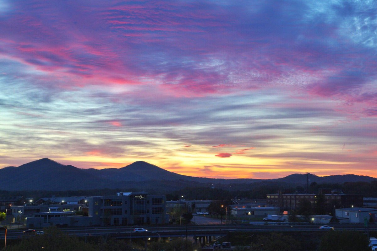 Mountain views, great food, amazing beers, and all the outdoors you could want in Roanoke, Va.  Read more in my @AlexLivingMag article.   https:// alexandrialivingmagazine.com/travel/roanoke -all-aboard-for-virginia%E2%80%99s-blue-ridge/ &nbsp; …   #travel  #BlueRidgeDay #sunrise #wanderlustwednesday<br>http://pic.twitter.com/HdxBVnHSj2