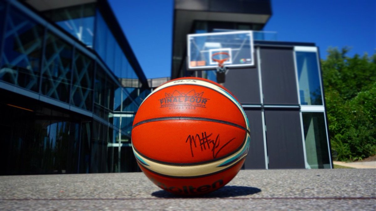 🏀🎁 Would you like to win the official #FinalFour ball of the #BasketballCL signed by the MVP of the season Manny Harris?  ⚠ Nothing easier: Follow us and retweet 🔄 to have a change to win it!  The winner will be contacted directly! https://t.co/bQ4g8GUG3n