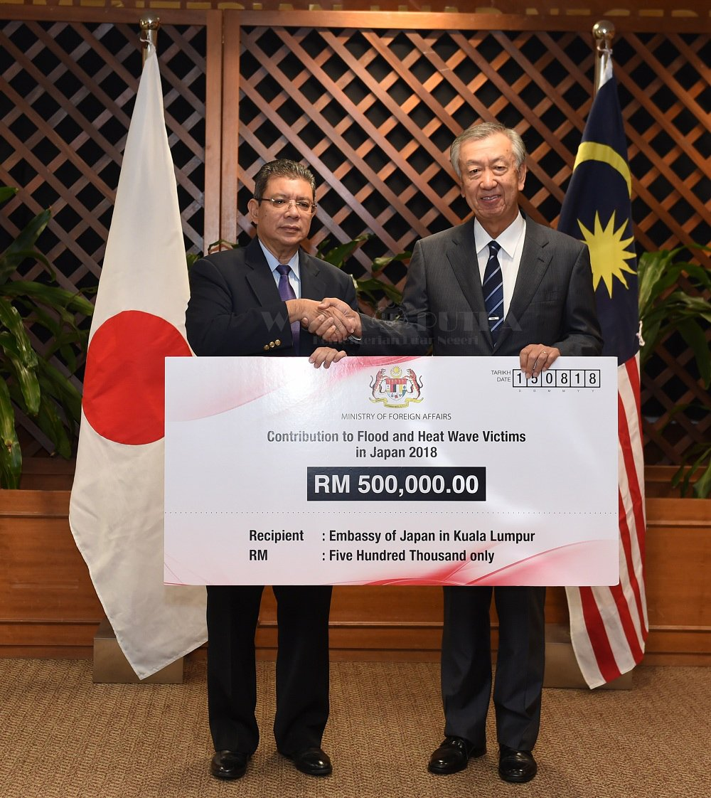 Cheque presentation by the Minister of Foreign Affairs, Dato' Saifuddin Abdullah to H.E. Dr. Makio Miyagawa, Ambassador of Japan to Malaysia, for the flood and heat wave victims in Japan, 15 Aug 2018