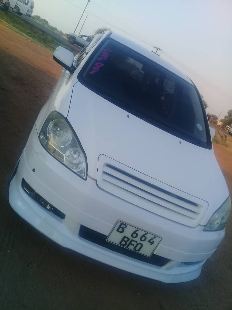 My brother was hijacked maabane ko Mogoditshane, they took this car..see it anywhere, please call 75807800<br>http://pic.twitter.com/wNljFFOgj1