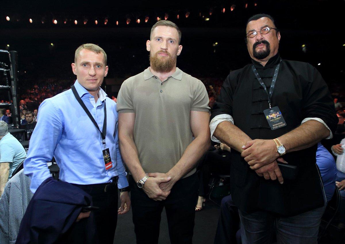 📸 Great pic ringside at #UsykGassiev - @WBSuperSeries Season II & Season I fighters Eduard Troyanovsky & Dmitry Kudryashov, plus @sseagalofficial!! 😎 🇷🇺 🏆 #AliTrophy