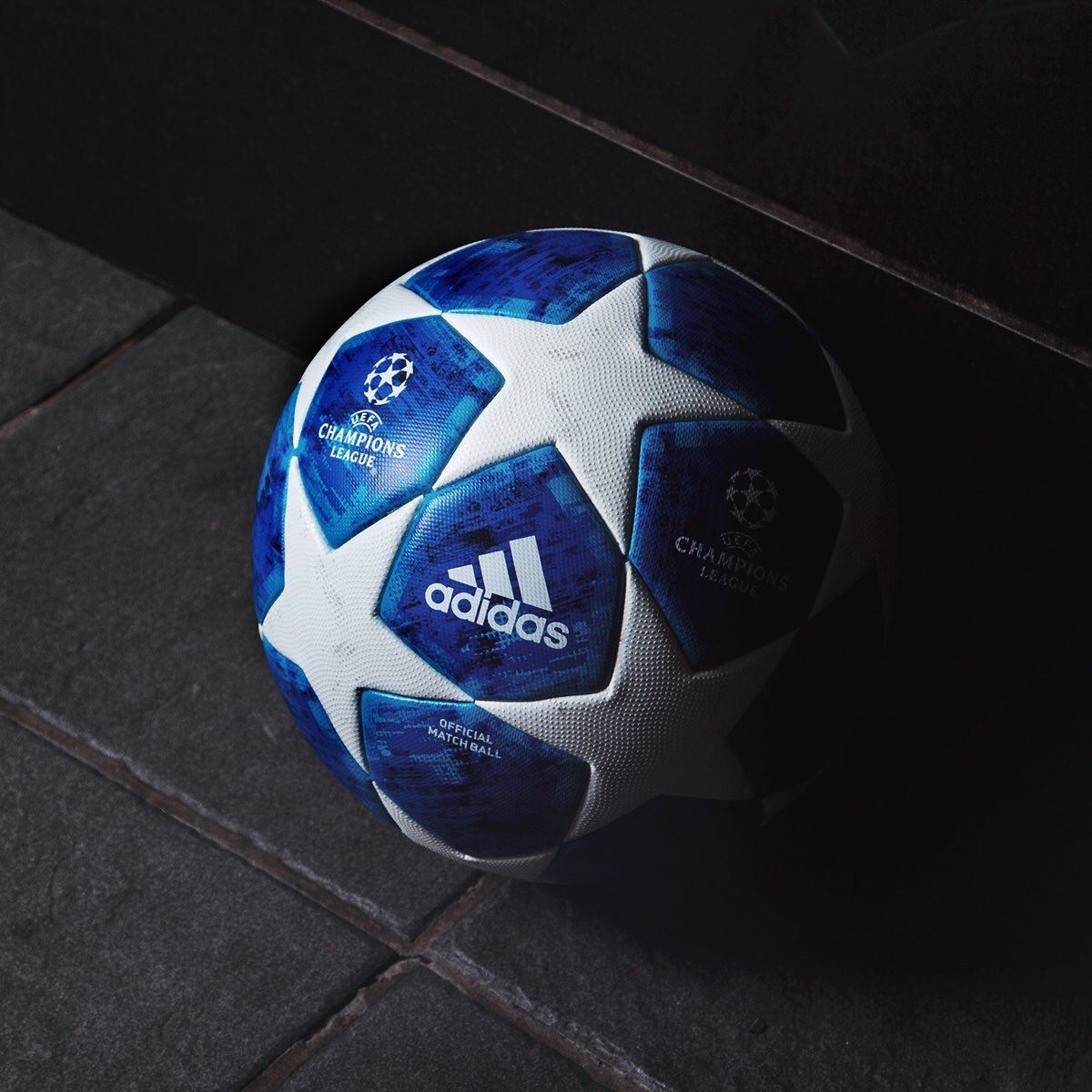 Nouveau look pour le ballon de la Ligue des Champions 2018/19. 😍