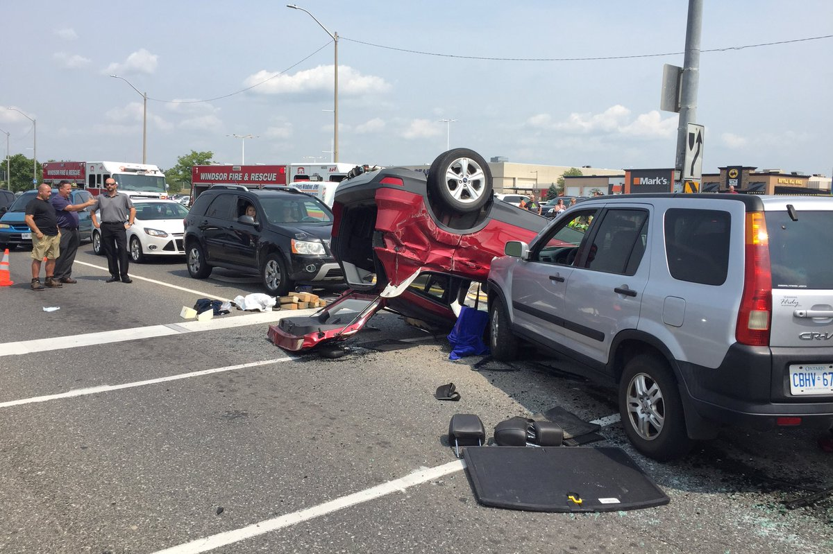 BREAKING: Howard Ave NB/SB is completely shut down in front of Devonshire Mall after a motor vehicle collision. A witness said one vehicle ran a red to make a turn into the Roundhouse Centre and struck another vehicle, causing it to flip. Unknown injuries. <br>http://pic.twitter.com/CnTbEyhIWb