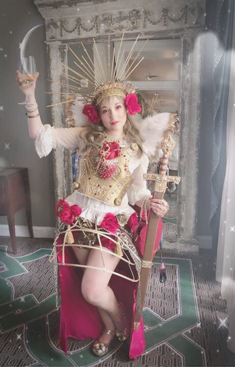 I realized I hadn't posted a full body shot of my Saturday Otakon coord. The inspiration was the guilded saint corpses of Germany and North Eastern Europe. ✨✨✨ Photo thanks to my friend Simone 💖 #HeavenlyBodies