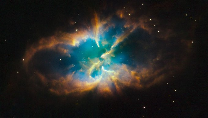¿Qué sucede cuando una estrella de masa similar al Sol llega al fin de su vida? Expulsa sus capas exteriores al espacio, dando como resultado cosas como ésta, la nebulosa planetaria NGC 2818, en la constelación de La Brújula, a 10 000 años-luz del Sistema Solar. #FelizMiercoles Photo