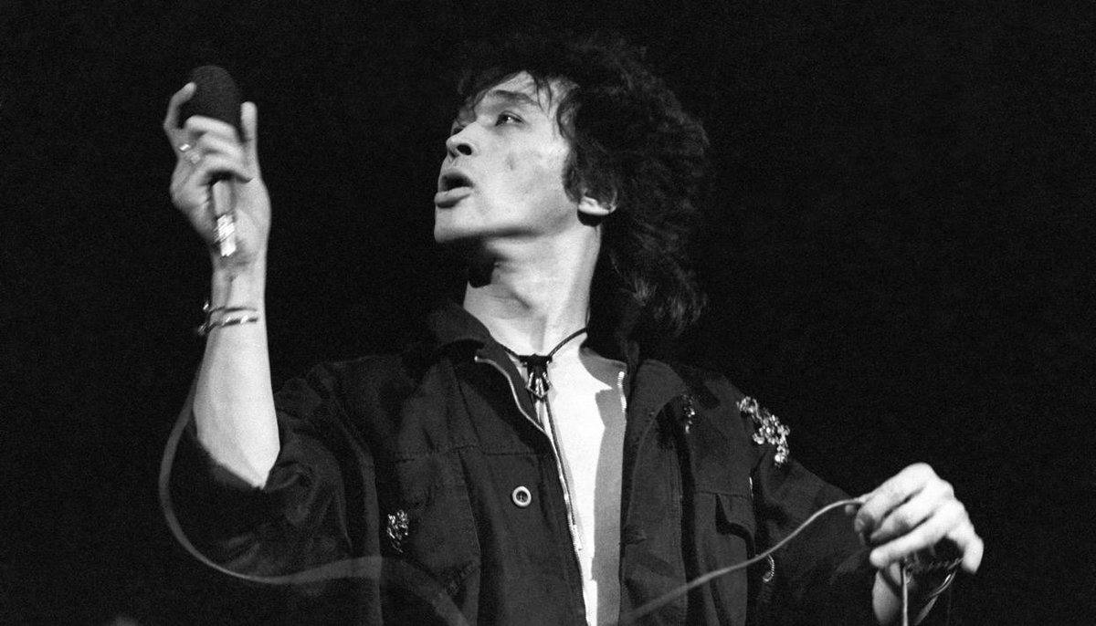 28 years ago today, 28-year-old Viktor Tsoi perished in a tragic car collision. Here&#39;s how his most famous song became the post-Soviet world&#39;s protest anthem.  https:// meduza.io/en/feature/201 7/06/21/how-viktor-tsoi-s-most-famous-song-became-the-post-soviet-world-s-protest-anthem-against-the-rock-legend-s-own-wishes &nbsp; … <br>http://pic.twitter.com/XvfwtbM9X0