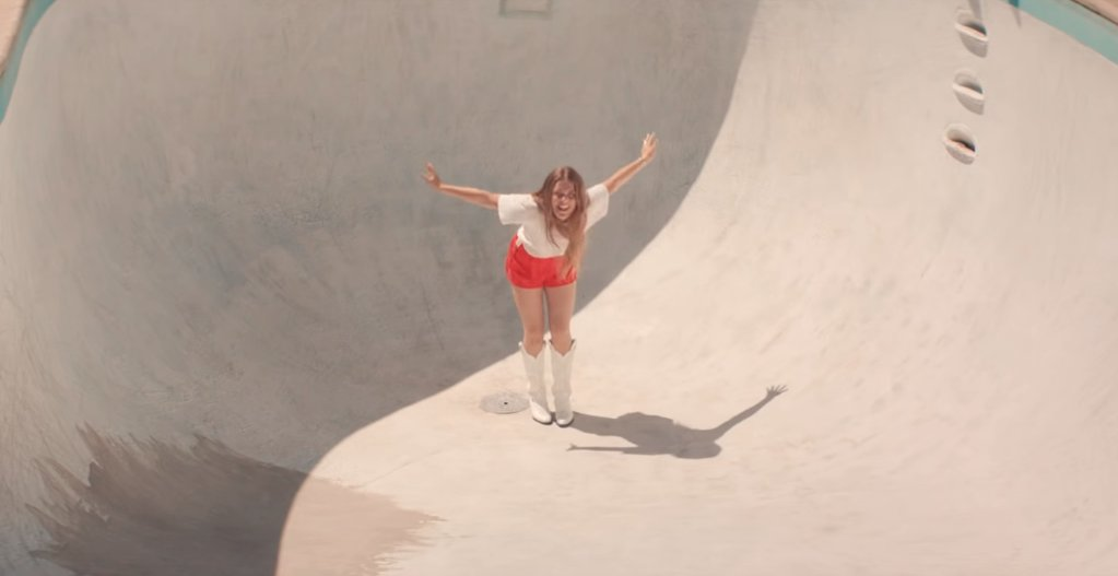Watch @MaggieRogers' sunny 'Give A Little' video, a love letter to '70s skate culture https://t.co/9t6uojnl4b https://t.co/BGqbhwIrgP