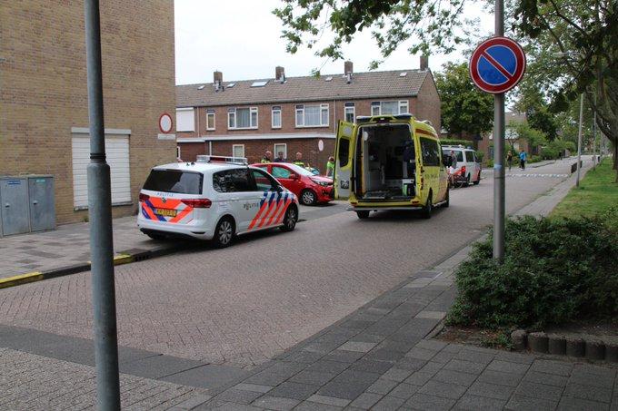 Ongeluk aan de Koningin Julianaweg in 's-Gravenzande tussen busje/auto. Bestuurder auto in de ambulance https://t.co/TL5MdWLf6I
