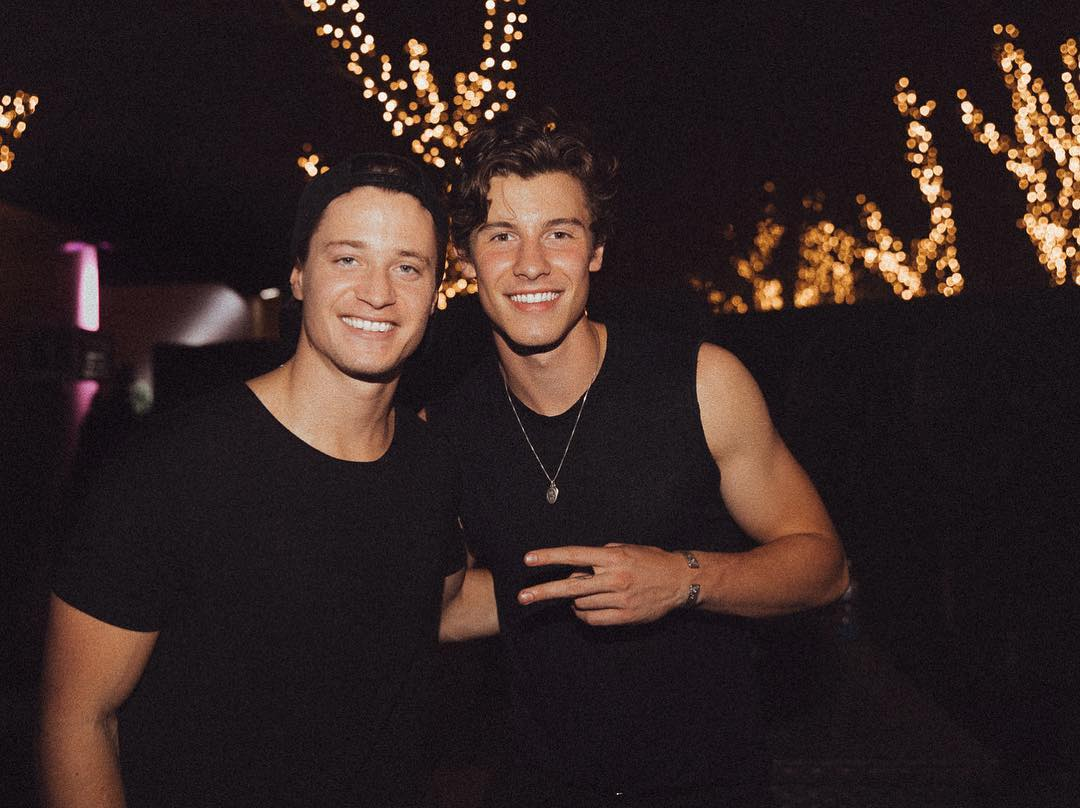 💪🏻 @ShawnMendes and @KygoMusic had an arm wrestling competition in a Budapest bar because why not: https://t.co/9cD1WWaFsL