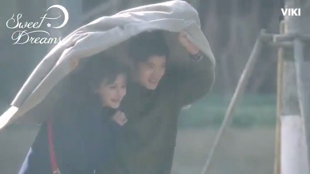This run in the rain is too cute! Catch #SweetDreams on Viki: bit.ly/SweetDreamTW #一千零一夜