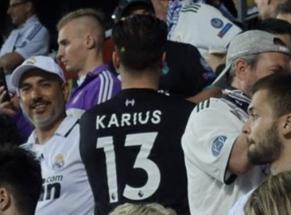 One Real Madrid fan in the crowd tonight paying tribute to his Champions League hero 😬😅  #SuperCup