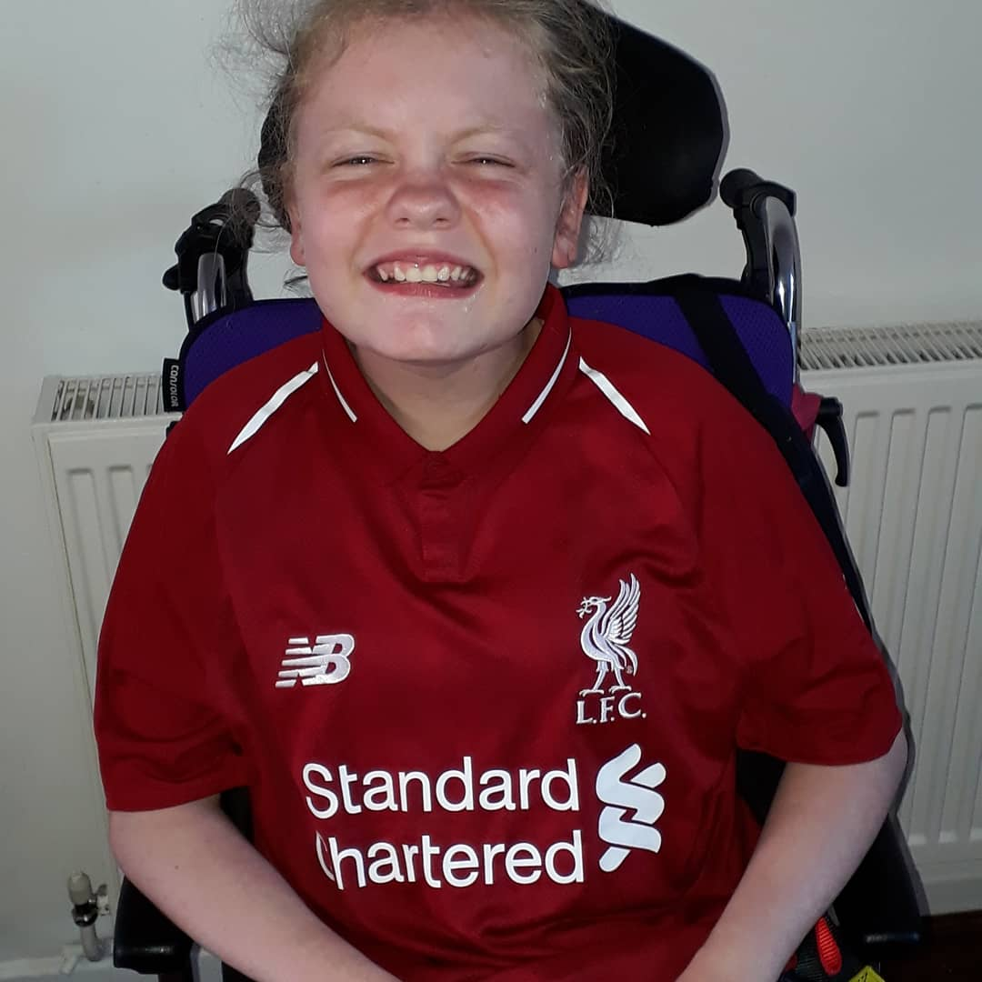 to all the idiots slating salah for not signing autographs while sitting in his car in traffic this is one happy girl when he sent her a signed shirt Y.N.W.A <br>http://pic.twitter.com/s5fHkEqCvu
