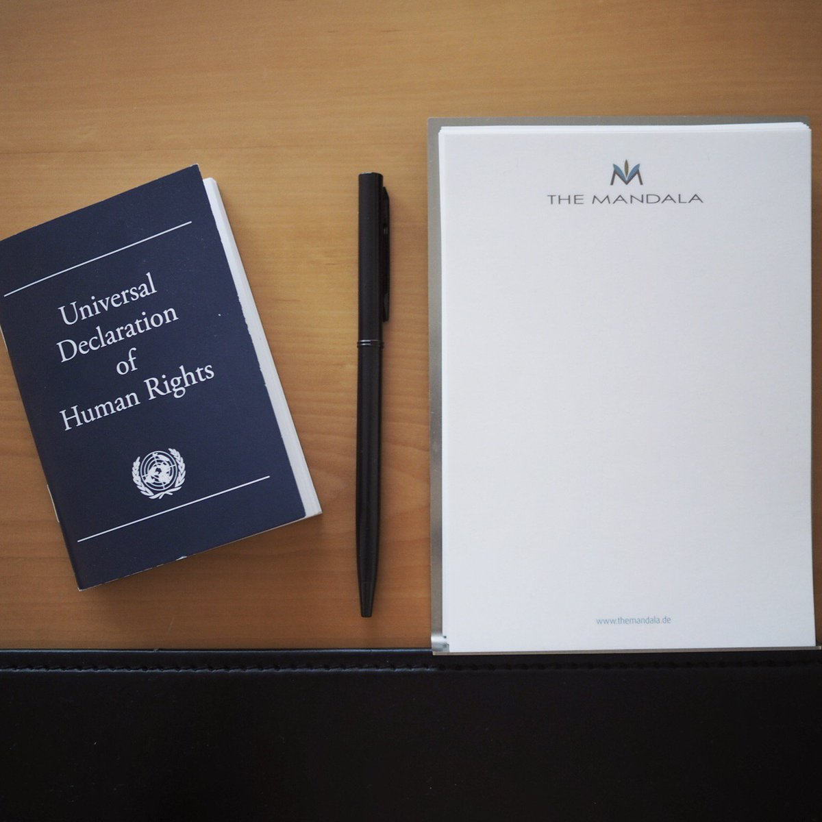Instead of a bible, this #German hotel leaves a copy of the UN&#39;s declaration of human rights <br>http://pic.twitter.com/LIt2MGpG1K