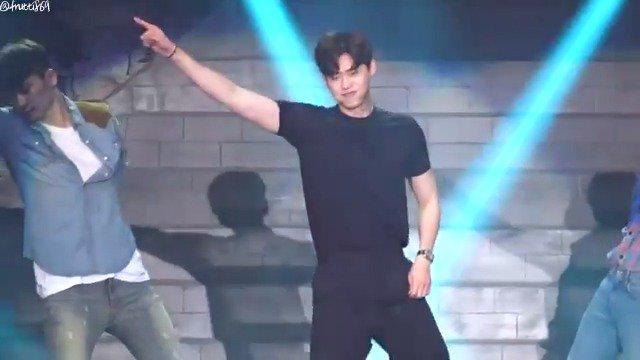 Who doesnt love a dorky #LeeJongSuk dancing to #Psys Face Off? Find him on Viki: viki.com/celebrities/14…