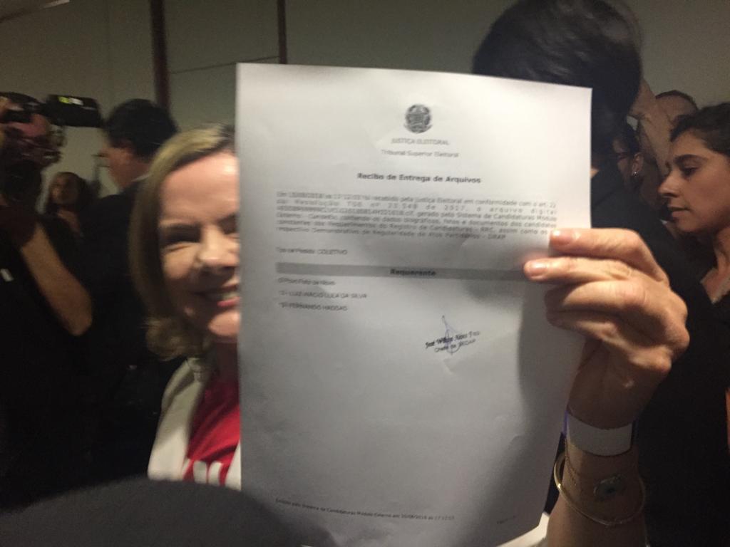 Registro em mãos! Agora está oficializada a candidatura de @LulaOficial nas Eleições 2018. #LulaÉCandidato