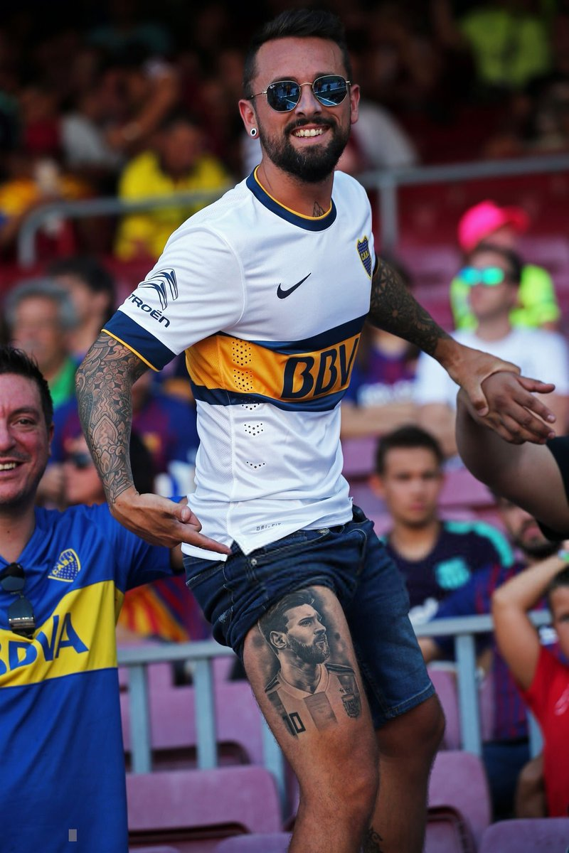 Images: Messi fan during today's win over Boca Juniors. <br>http://pic.twitter.com/yq02EEC3MT