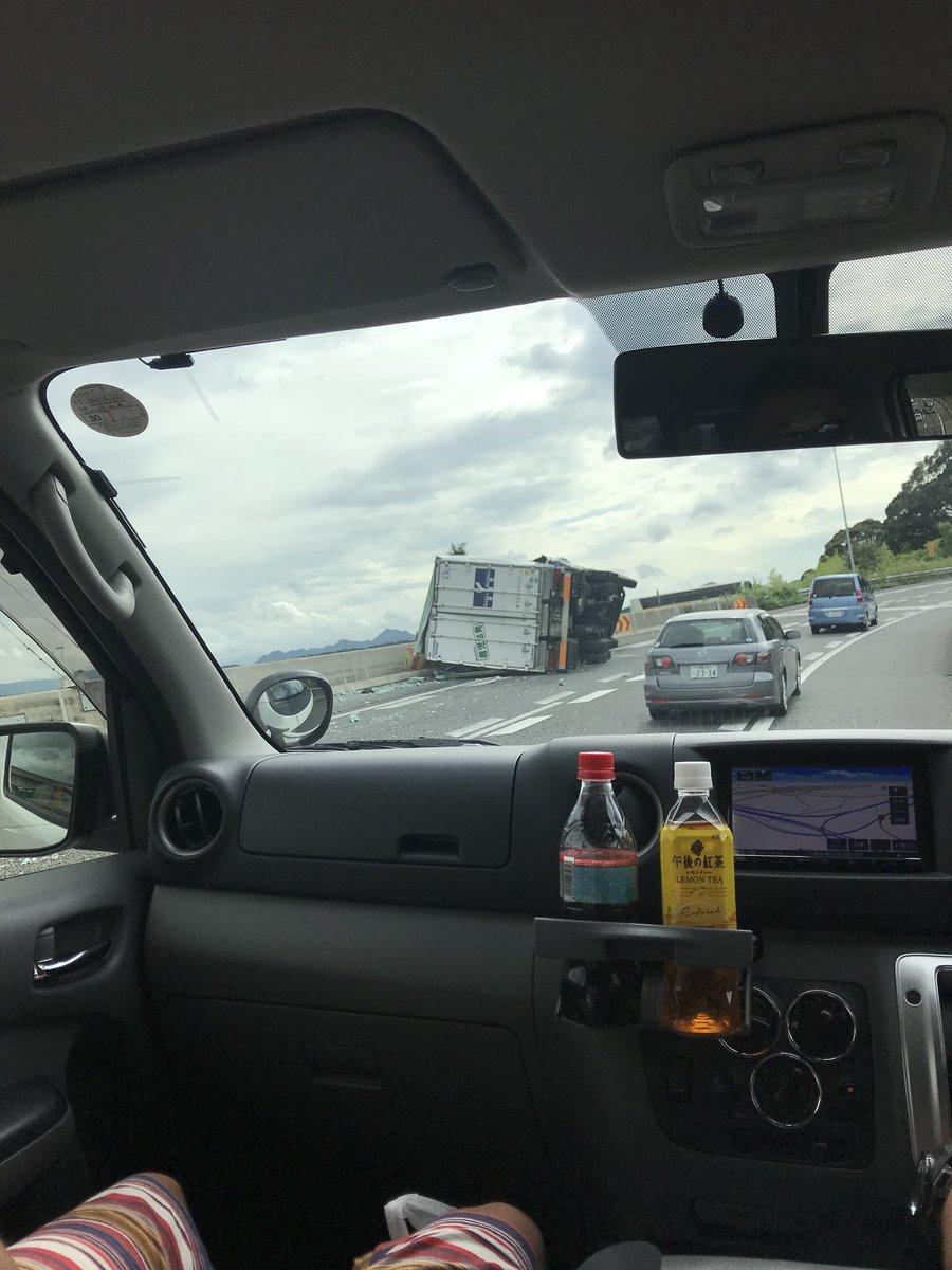 新名神高速の亀山JCT付近でトラック横転事故の現場の画像
