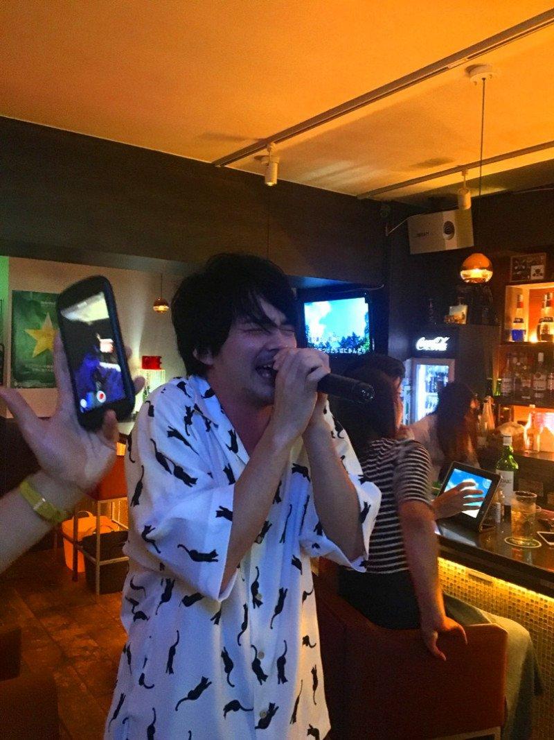 #駿河太郎 さんが #林遣都 さんの熱唱姿🎤を公開⁉️ 😁「かーらーのー遣都‼️」 ブログはこちら🔽 ameblo.jp/suruga-taro/en…