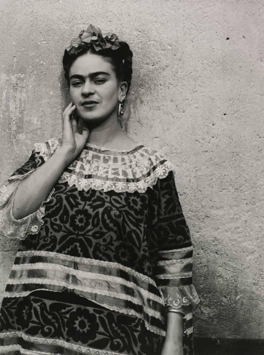 'La belleza y la fealdad son un espejismo porque los demás siempre terminan viendo nuestro interior' #FridaKahlo #FelizJueves ♡
