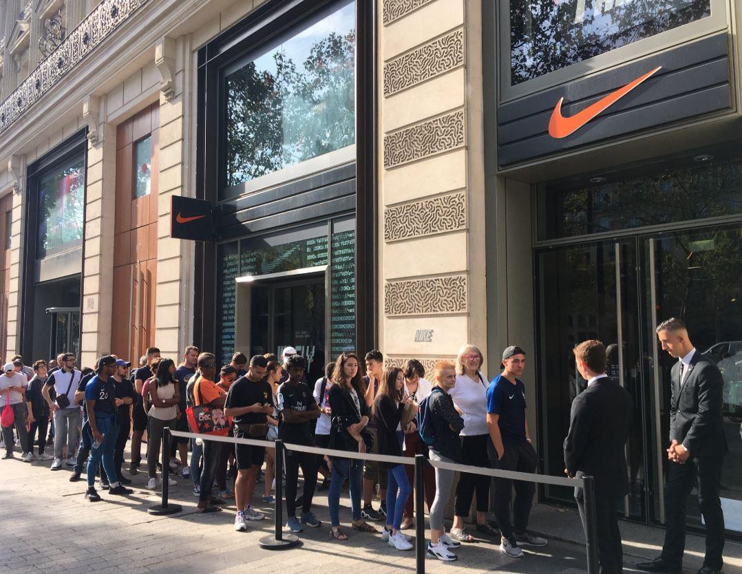 ad0014dd9de Une cinquantaine de supporters attendaient pourtant depuis ce matin devant  la boutique Nike des Champs Elysées. ()