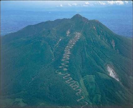 狂気の沙汰ww怒涛の69連続カーブで斜面を登る道路を発見した!!