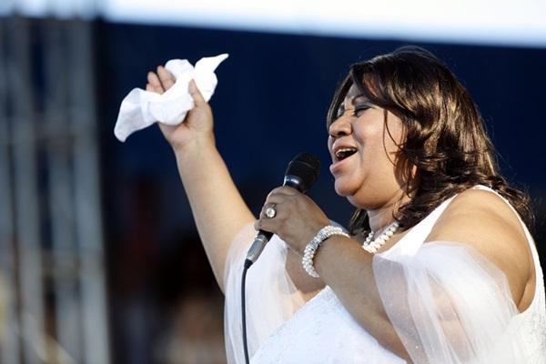 A morte de Aretha Franklin deixa um grande vazio panteão das grandes vozes do mundo. Veja algumas imagens marcantes da carreira da Rainha do Soul.   https://t.co/CxHe8ue8G8